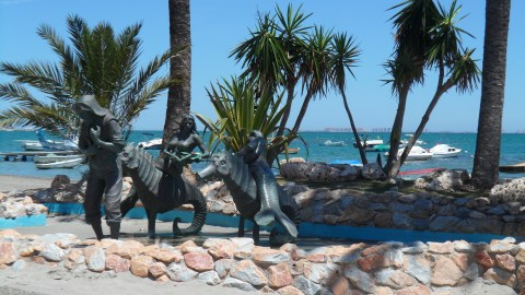 Sculpture at Los Alcazares honouring the fihermen of the area